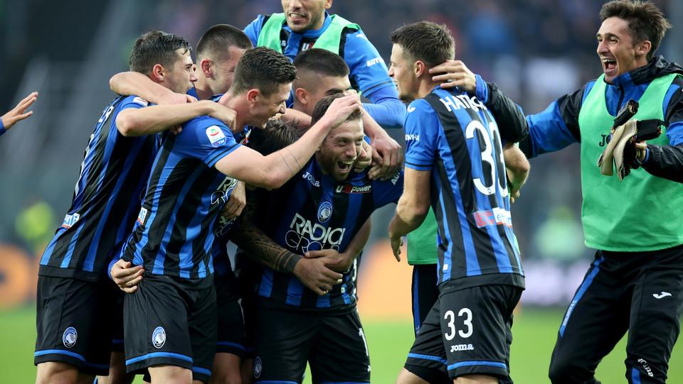 Gomez festeggia con i compagni il gol del 4-1 ©