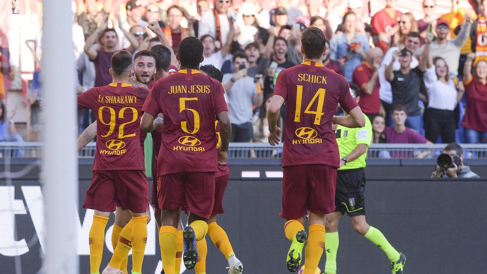 La Roma festeggia dopo il gol ©