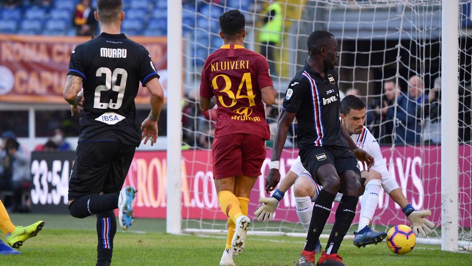 Kluivert prende il palo per la Roma ©