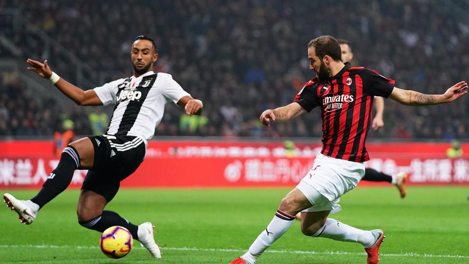 Higuain contro Benatia: mano del francese, è calcio di rigore ©