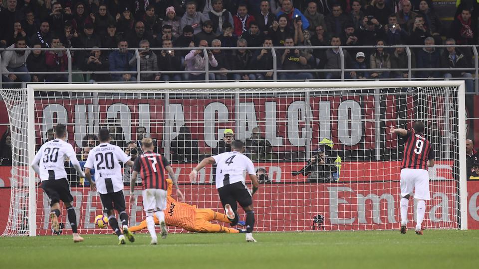 Higuain sbaglia da rigore il possibile 1-1: para Szczesny ©