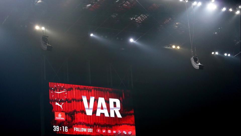 Il Var conferma il calcio di rigore per il Milan ©