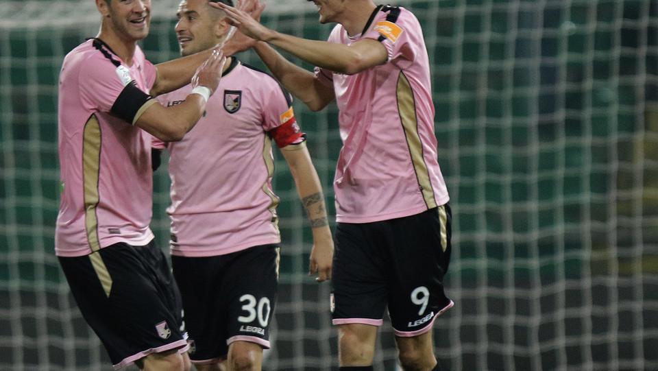 Palermo-Pescara 3-0. Morleo esulta con i compagni ©