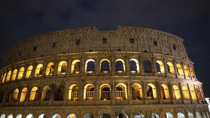 Roma, incide il proprio nome suo Colosseo: denunciata una turista 17enne