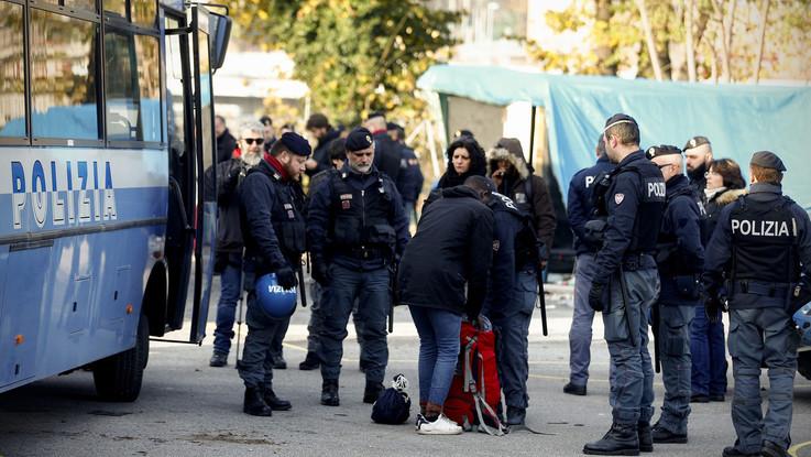 Roma, la polizia al presidio Baobab: sgomberati cento migranti