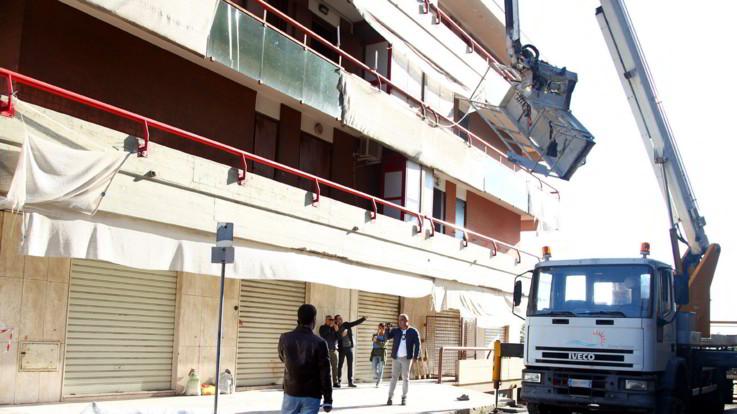 Taranto, precipitano da cestello elevatore: muoiono due operai