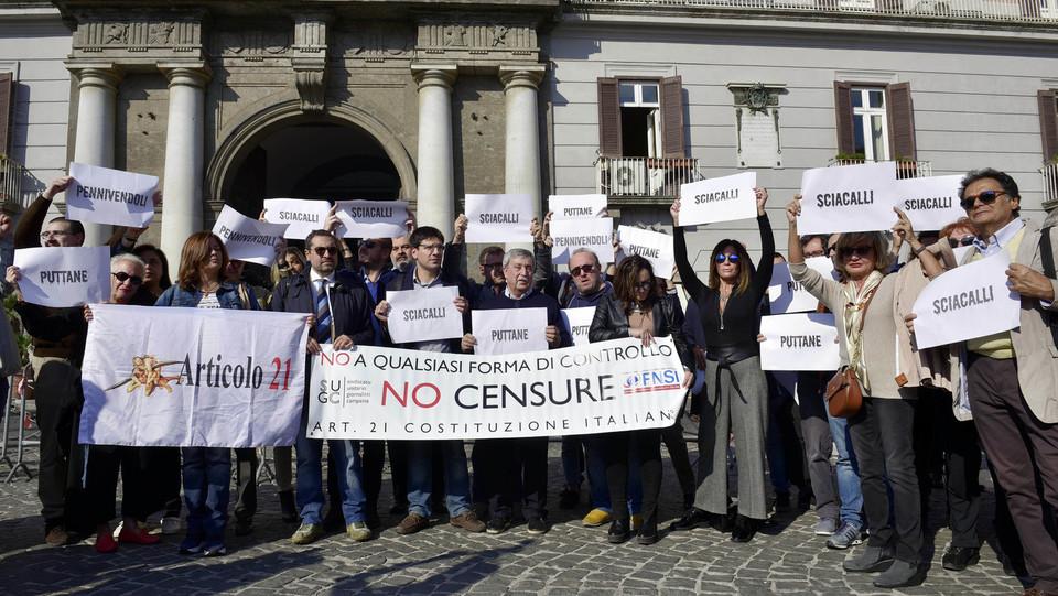 Il presidio dei giornalisti in piazza del Plebiscito a Napoli ©