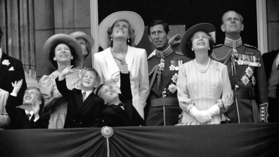 La famiglia reale inglese al gran completo sul balcone del palazzo reale nel 1990 ©