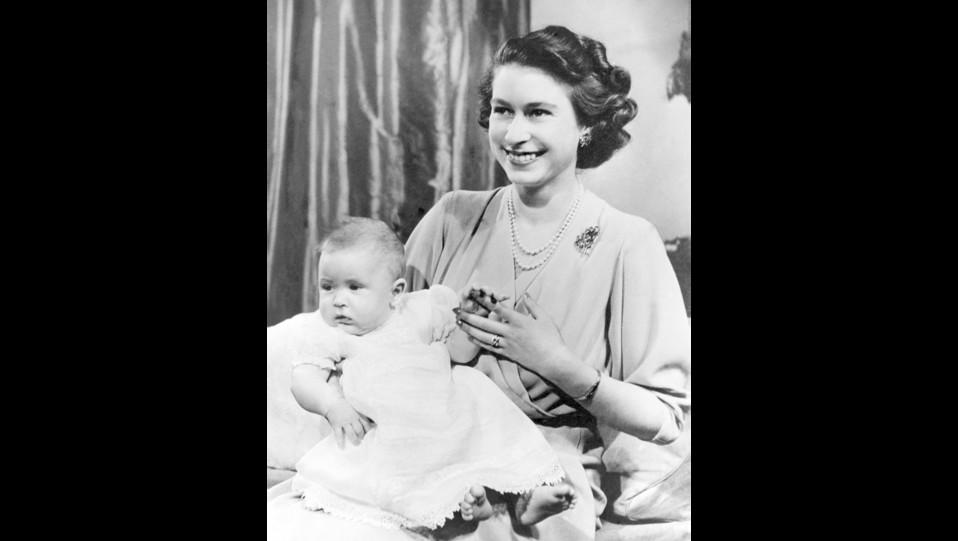 La giovane regina Elisabetta II con il primogenito, il piccolo principe Carlo ©