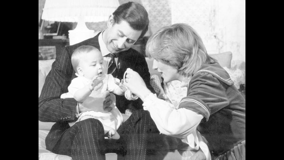 I principi Carlo e Diana felici con il loro primogenito, il principe William ©