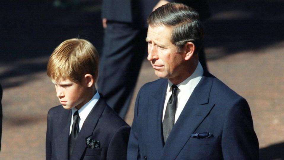 Carlo e il figlio Harry ai funerali di Diana ©