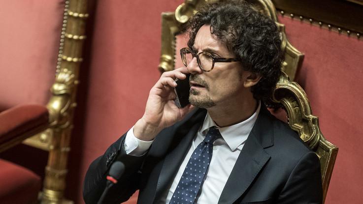 Dl Genova, c'è l'ok del Senato. Ma è polemica sul pugno alzato di Toninelli