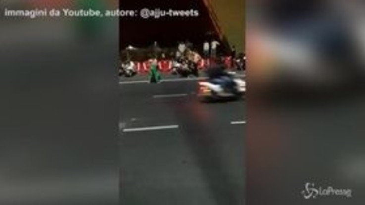 Ballano nude sul ponte di Nuova Delhi: traffico in tilt