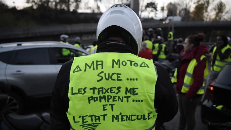 'Giubbotti gialli' protestano in Francia, investita e uccisa una manifestante