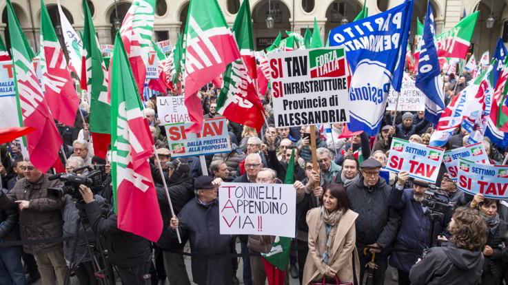 """Manifestanti e bandiere nelle piazze di Torino: Forza Italia dice """"Sì"""" alla Tav"""