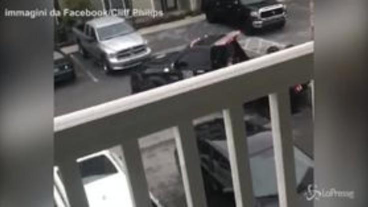 Il carro attrezzi le porta via l'auto, lei lo colpisce con la mazza da baseball