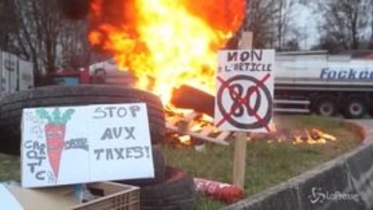 """Francia, traffico in tilt per la protesta contro dei """"Giubbotti gialli"""""""