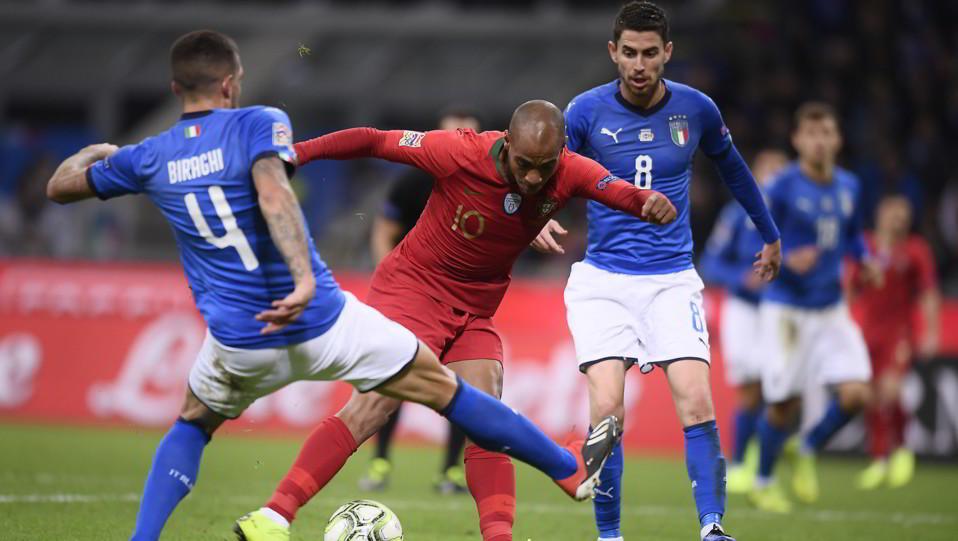 Joao Mario contro Biraghi e Jorginho ©