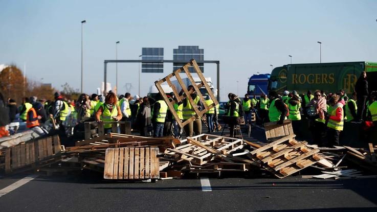 """Francia, 'Giubbotti gialli' ancora in strada. Il governo: """"Andremo avanti con le tasse sui carburanti"""""""
