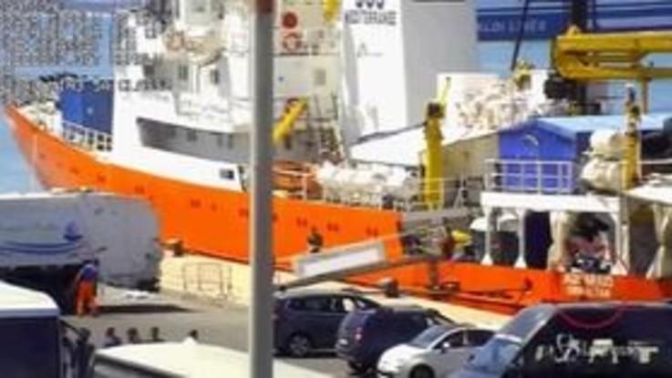 Rifiuti pericolosi scaricati nei porti italiani, sequestrata nave Aquarius. Le immagini della guardia di finanza