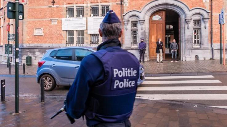 """Bruxelles, accoltellato poliziotto davanti commissariato. Media: """"Aggressore ha urlato 'Allah Akbar'"""""""