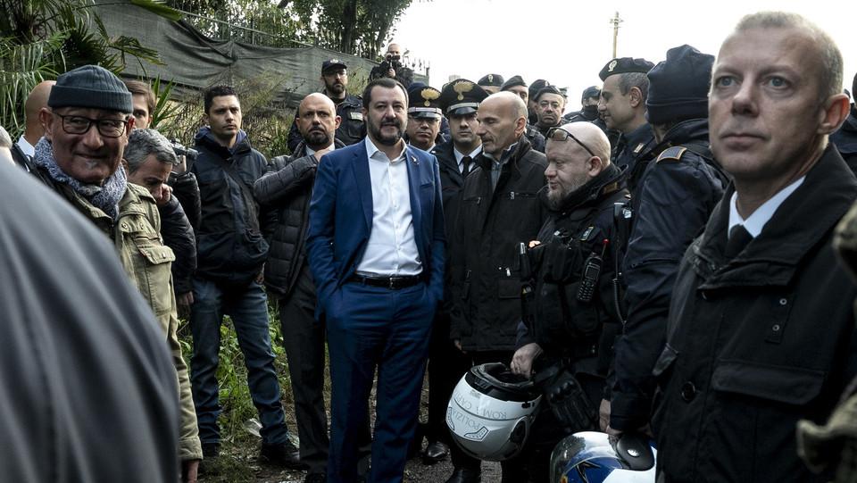 Salvini assiste al blitz ©