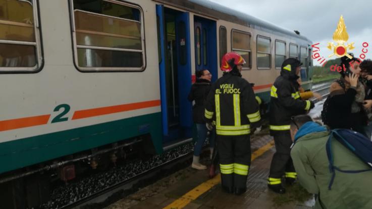 Allarme maltempo in Calabria, tromba d'aria travolge un treno: ci sono feriti