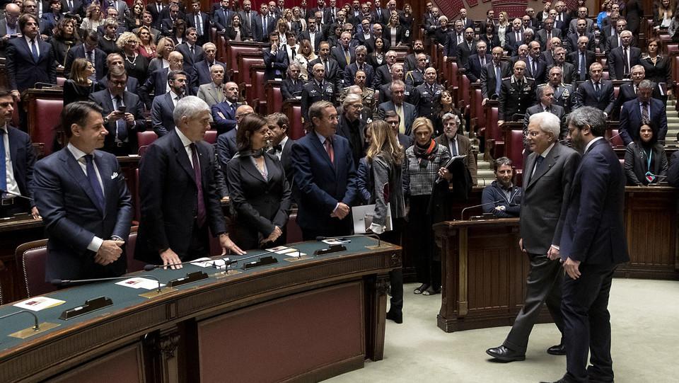 Il presidente della Repubblica con Fico, davanti a Fini, Boldrini, Casini e il premier Conte ©