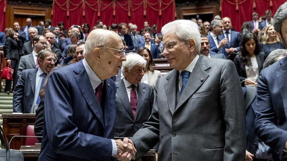 Il capo dello Stato, Sergio Mattarella, stringe la mano al presidente emerico Giorgio Napolitano ©