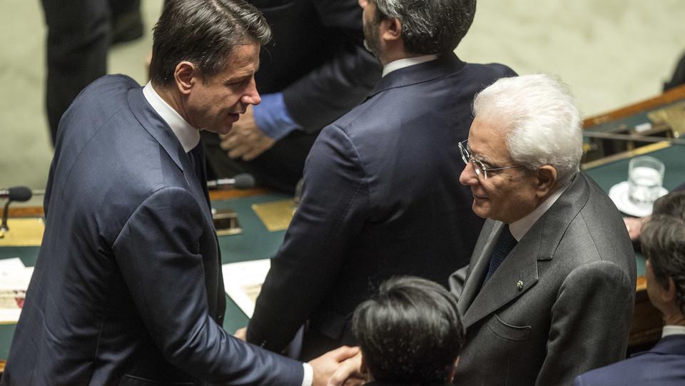 La stretta di mano tra il premier Conte e il capo dello Stato, Mattarella ©