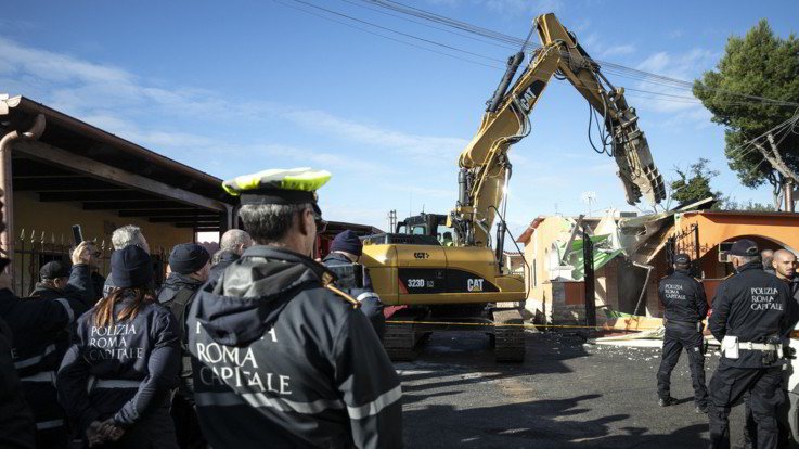 Roma, iniziata la demolizione delle ville abusive dei Casamonica