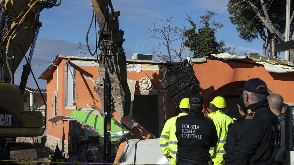 La demolizione di una delle ville dei Casamonica in via del Quadraro ©