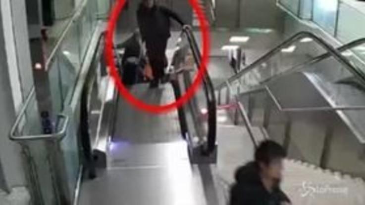 Fiumicino, ecco come rubano le borse in aeroporto