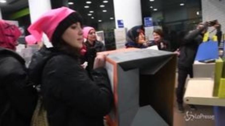 Milano, le attiviste di NonUnaDiMeno contro il direttore delle Poste