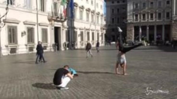 Roma, selfie acrobatici davanti a Palazzo Chigi