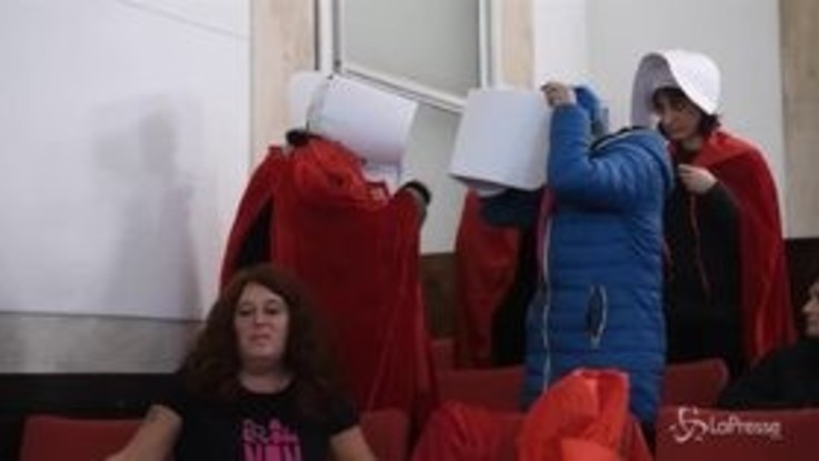 Milano, protesta a Palazzo Marino contro la mozione anti-aborto