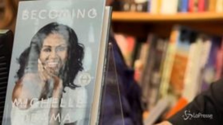 "Già 1,4 milioni di copie vendute per ""Becoming"", il libro dell'ex first lady Michelle Obama"