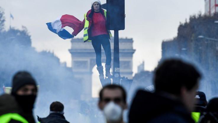 Francia, lacrimogeni e idranti sugli Champs-Elysees: scontri alla protesta dei gilet gialli