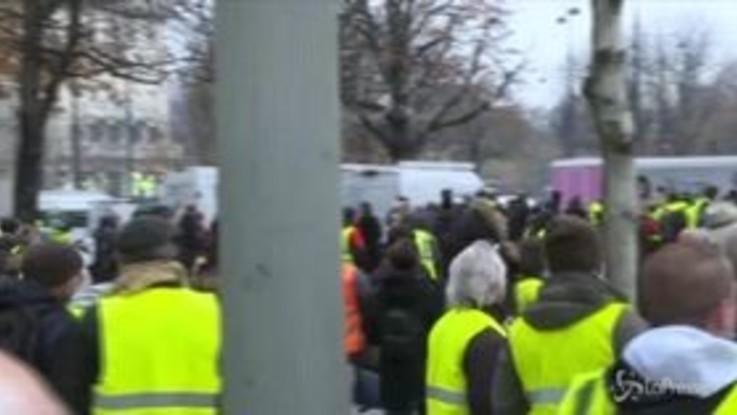 Parigi, lacrimogeni e idranti contro i manifestanti con i gilet gialli