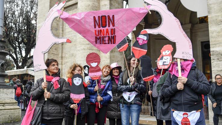 La rivoluzione femminista in piazza a Roma: volti e slogan dalla manifestazione contro la violenza sulle donne