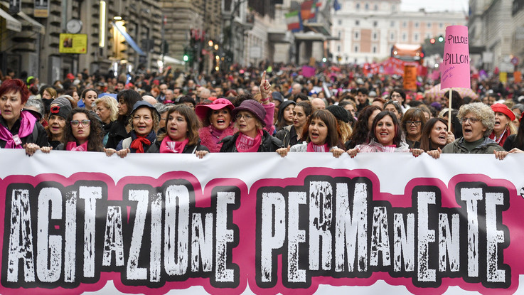"""""""Agitazione permanente"""" contro la violenza sulle donne: migliaia in corteo a Roma"""