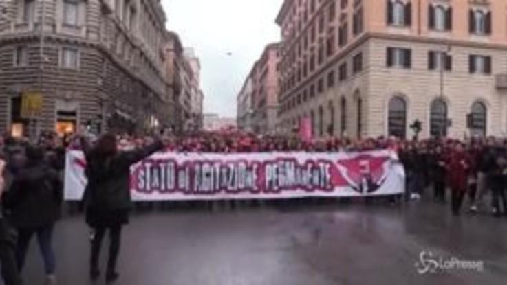 """Violenza sulle donne, in migliaia in piazza a Roma: """"Ha tante facce, anche quella istituzionale"""""""