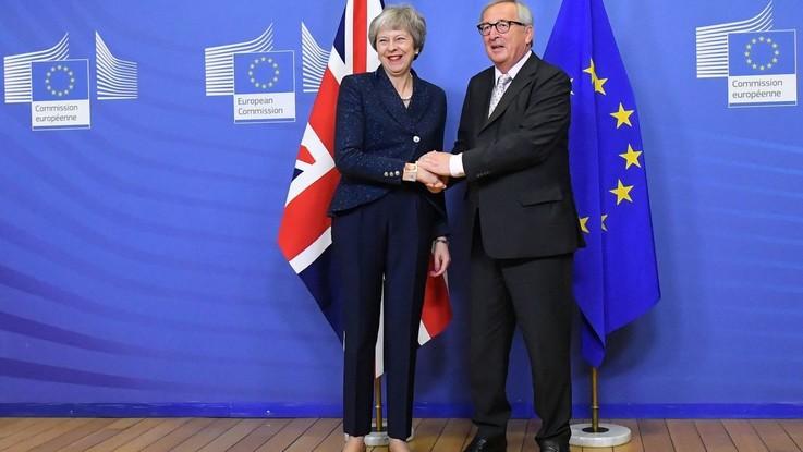 """Brexit, i 27 Paesi Ue approvano l'accordo. Juncker: """"Giorno triste"""""""
