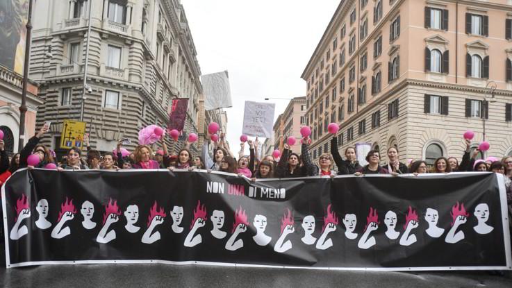 """Violenza sulle donne, Mattarella: """"In Italia ancora troppi casi e poche denunce"""