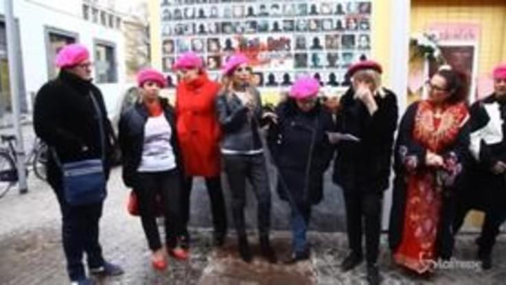 Jo Squillo e Giusy Versace al Wall of Dolls di Milano per dire 'no' alla violenza sulle donne