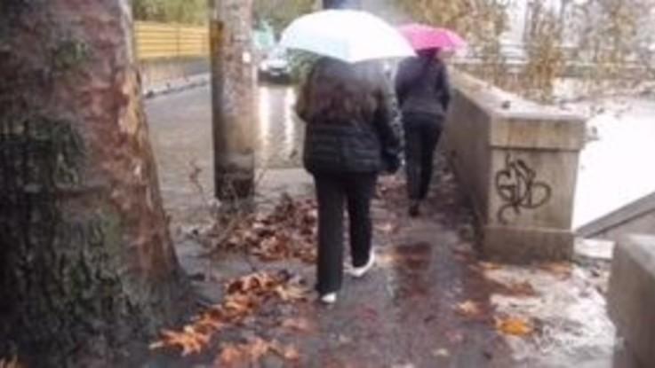 Roma, strade allagate: auto costrette a guadare le pozzanghere
