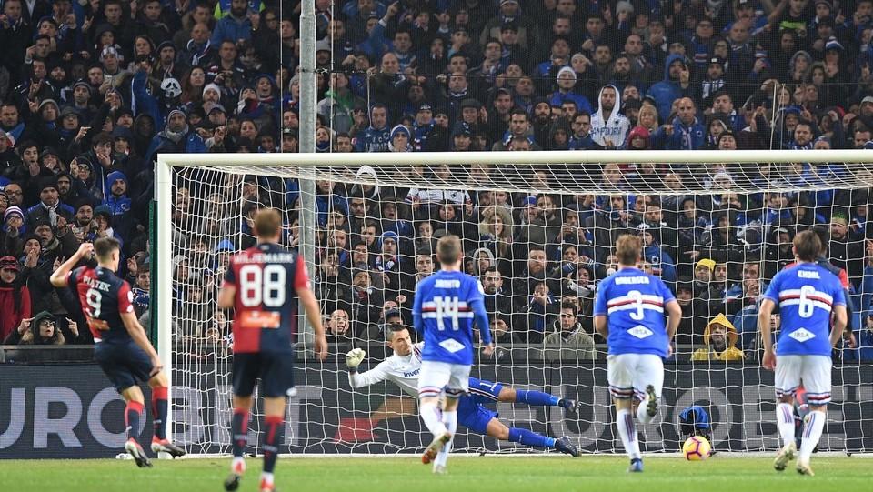 17' Il Genoa non aspetta e approfitta di un calcio di rigore per pareggiare: il tiro rasoterra di Piatek finisce dritto in porta! ©