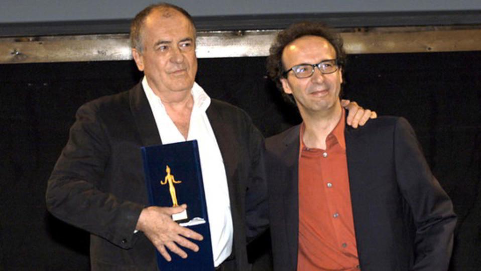 Bertolucci riceve il Premio Fiesole da Benigni (2003) ©