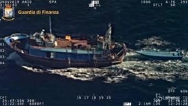Agrigento, peschereccio traina barca carica di migranti: le immagini dall'alto