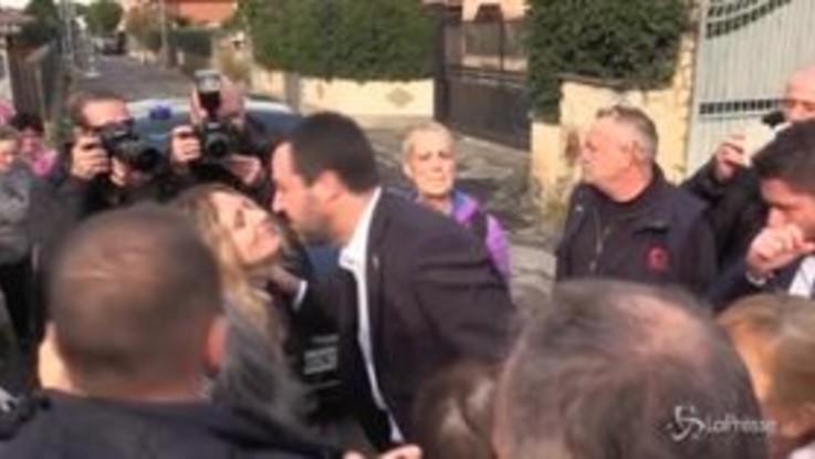 """Salvini alla Romanina, residenti in delirio: """"Sei più bello dal vivo"""""""